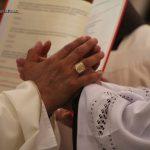 """El espíritu de la liturgia.  """"JUNTAR LAS MANOS AL ORAR""""."""